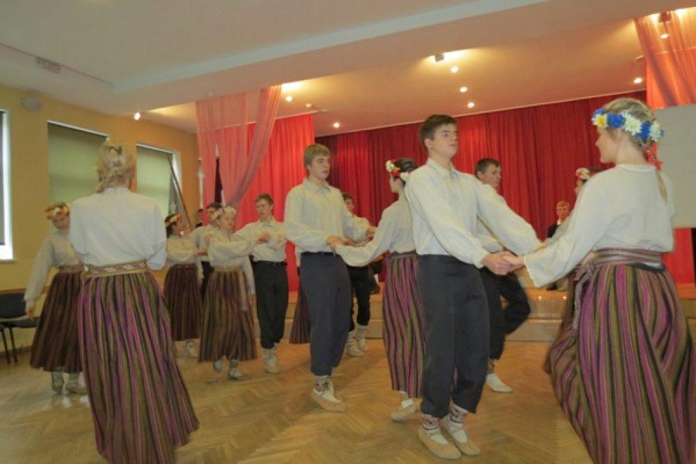 Rēzeknis Vaļsts gimnazejis deju kolektivs aicynoj atbaļsteit projektu