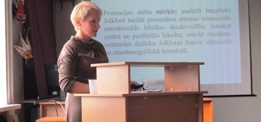 Antra Kļavinska ar dorbu par etnonimim latgalīšu folklorā sajāmuse doktora grādu
