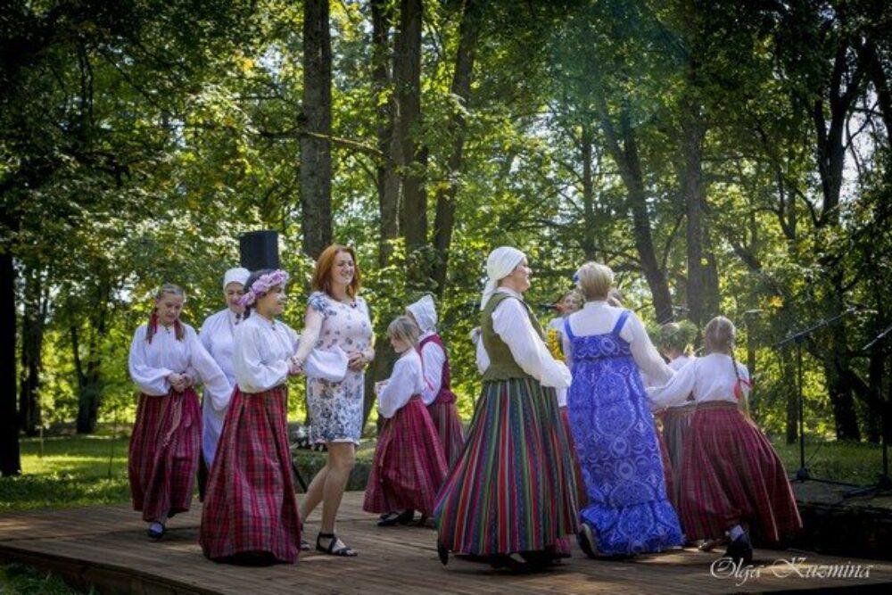 Naujinē aizvadeits folklorys kūpu sasadzīduošonys pasuokums