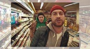 """Jaunuokajā """"Latgalīšu repa"""" video Ivo i Didzis apzūg veikalu"""