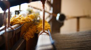 Daugovpilī Ieva Pīgozne lekcejā stuosteis par apgierba viesturi Latgolā 19. godu symtā